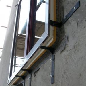 A fal külső síkjára, konzolokre helyezett ablak